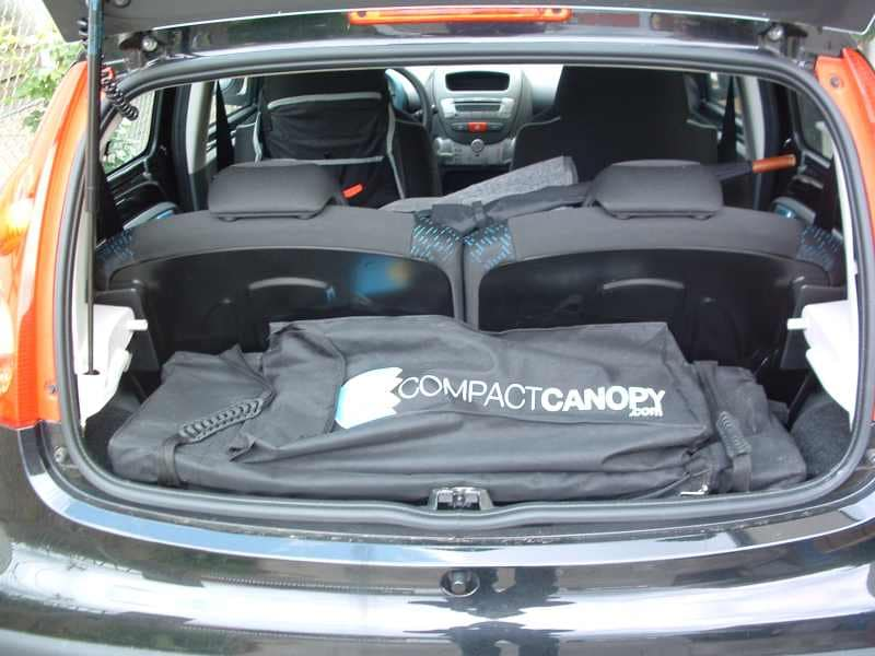 Das Faltzelt passt trotz 3x3m Grundfläche sogar in einen Kleinwagen.