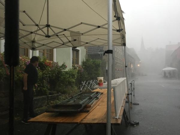 Marktzelt auch für schlechtes Wetter. Bei diesem Abbbau auf einem Markt flogen ganze Äste die Straße entlang.